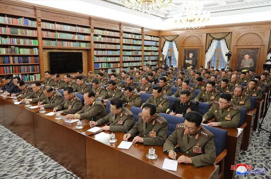 북한 김정은 국무위원장이 제7기 제3차 확대회의를 주재했다고 22일 조선중앙통신이 보도했다. 군 핵심 간부들이 회의에서 김 위원장의 발언을 기록하고 있다. [조선중앙통신=연합뉴스]