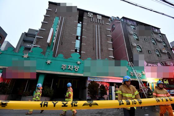 22일 오전 5시45분께 광주 북구 두암동 5층 규모 A 모텔에서 방화로 추정되는 불이 나 25명이 사상했다. 소방당국이 구조 작업을 하고 있다. [뉴시스]