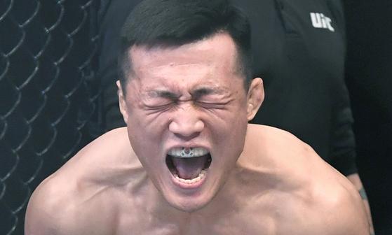 21일 오후 부산 사직실내체육관에서 열린 'UFC 파이트 나이트 부산' 메인카드 페더급 경기. 정찬성이 프랭키 에드가와 경기 전 태극기 마우스피스를 끼고 환호성을 지르고 있다.송봉근 기자