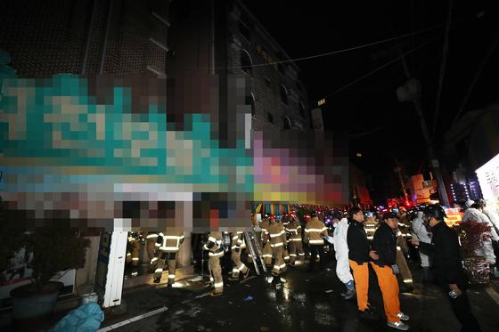 22일 오전 광주 북구 두암동의 한 모텔에서 불이 나 29명의 사상자가 발생했다. 사진은 화재 진화 후 인명을 수색하는 119 구조대원들의 모습. [연합뉴스]