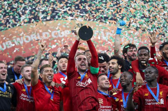 리버풀 선수들이 FIFA 클럽월드컵 우승 트로피를 들어올리며 환호하고 있다. [AFP=연합뉴스]