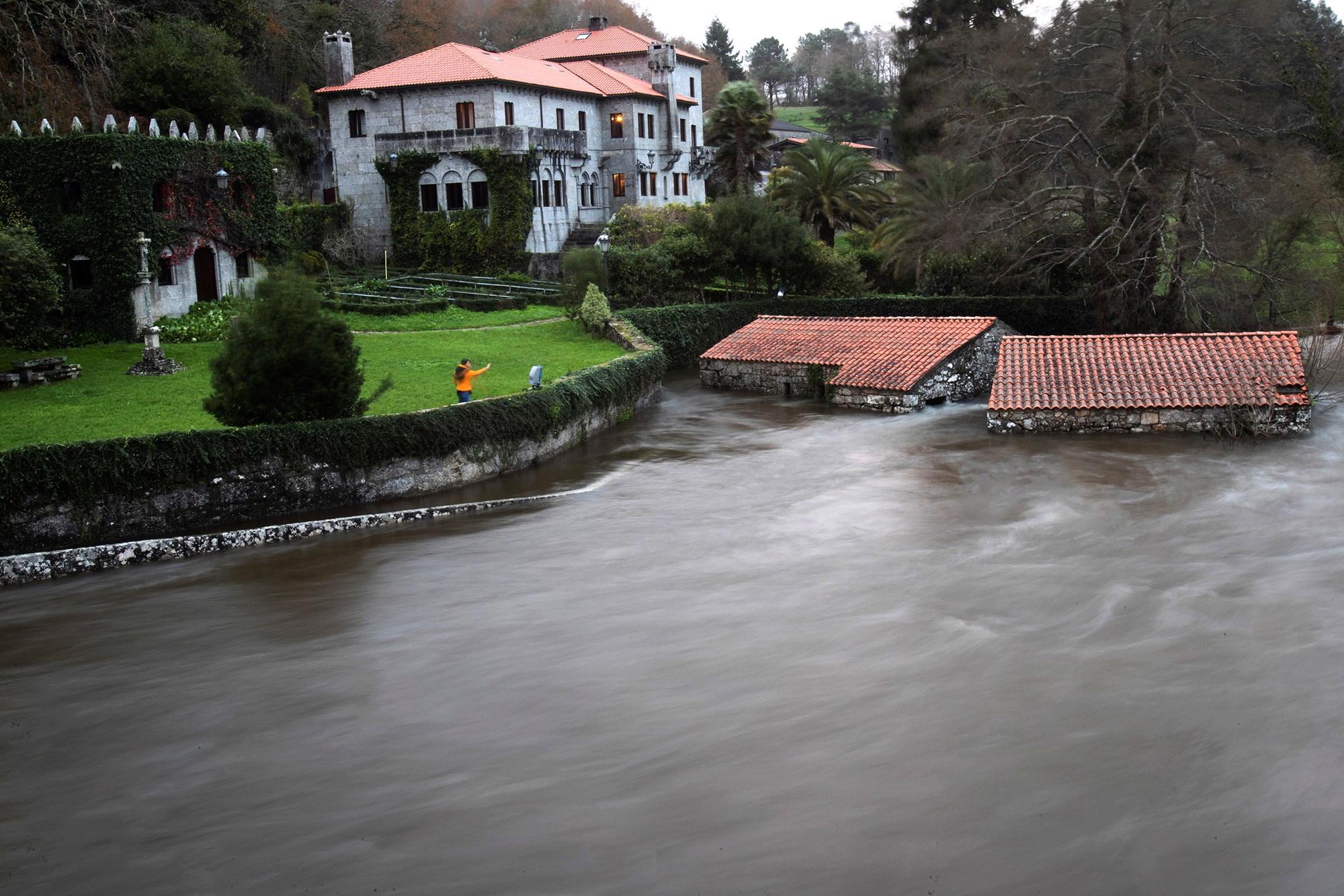 스페인 갈리시아 지방에 태풍과 폭우로 불어난 강물. [EPA=연합뉴스]