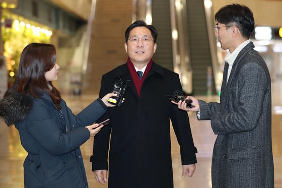 성윤모 산업통산자원부 장관(가운데)이 중국 베이징에서 열린 한·중·일 경제통상장관회의에 참석하기 위해 22일 김포공항에서 출국하기 전 취재진 질문에 답하고 있다. [연합뉴스]