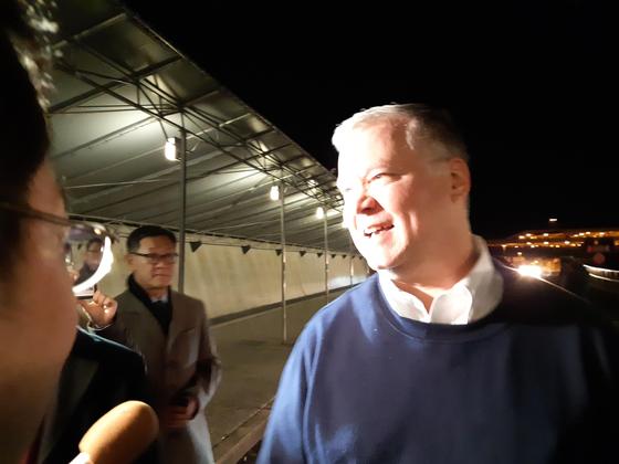 한중일 방문을 마치고 미국으로 돌아온 스티븐 비건 미국 국무부 부장관이 20일 워싱턴 덜레스 국제공항에서 한국 특파원들과 대화하고 있다. [연합뉴스]