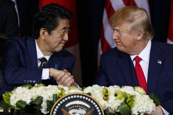지난 9월 25일 도널드 트럼프 미국 대통령과 아베 신조 일본 총리가 미국 뉴욕에서 미일 무역협정에 서명한 뒤 악수하고 있다. [AP=연합뉴스]