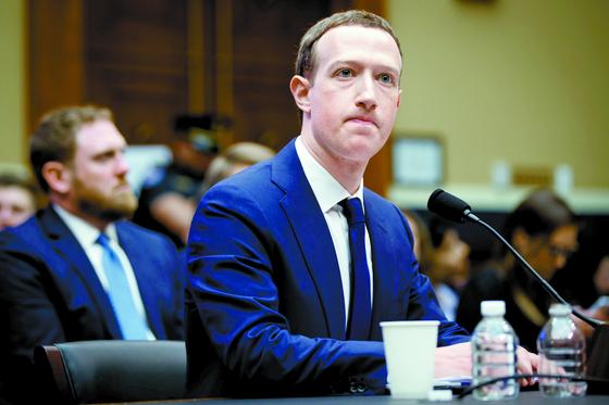 지난해 4월 정보유출 청문회에서 저커버그 페이스북 CEO가 굳은 표정으로 질의를 듣고 있다. [연합뉴스]