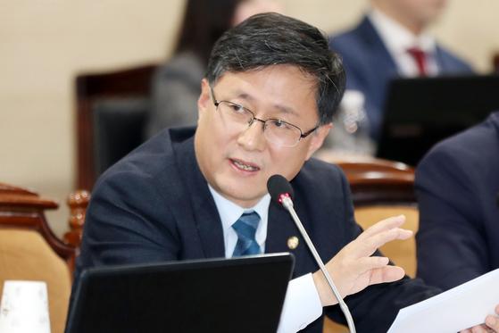 지난 10월 11일 김성환 더불어민주당 의원이 전남 나주시 한국전력공사 본사에서 열린 산업통상자원중소벤쳐기업위원회의 한전, 전력거래소, 한국전력기술, 한전KDN 등에 대한 국정감사에서 질의하고 있다. [뉴스1]