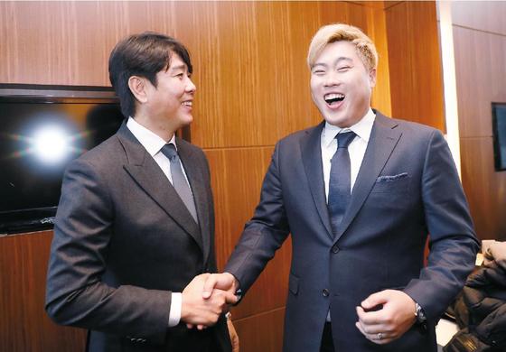 """류현진은 """"정민철 단장님과 이렇게 사진을 찍으니 한화 입단식을 하는 것 같다. 내가 한화로 돌아올 때 단장님도 꼭 계셨으면 좋겠다""""고 말했다. 정시종 기자"""