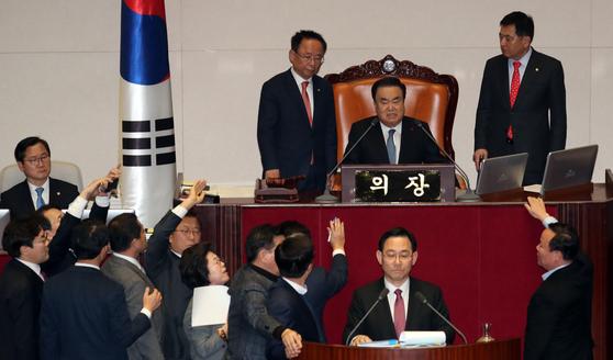 자유한국당 의원들과 더불어민주당 의원들이 23일 오후 서울 여의도 국회에서 열린 제372회 국회 (임시회) 제1차 본회의에서 토론을 두고 실랑이를 벌이고 있다. [뉴스1]