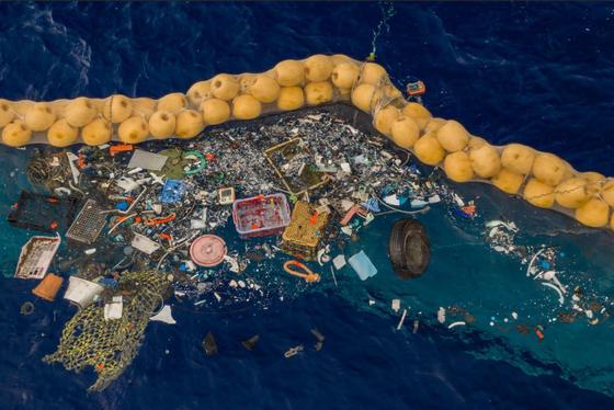 태평양 바다 한 가운데를 맴돌고 있는 남한 면적 16배 크기의 거대 플라스틱 쓰레기 섬(GPGP)에 모인 쓰레기를 수거하고 있는 비영리 환경단체 오션 클린업의 장치. [사진 오션 클린업]