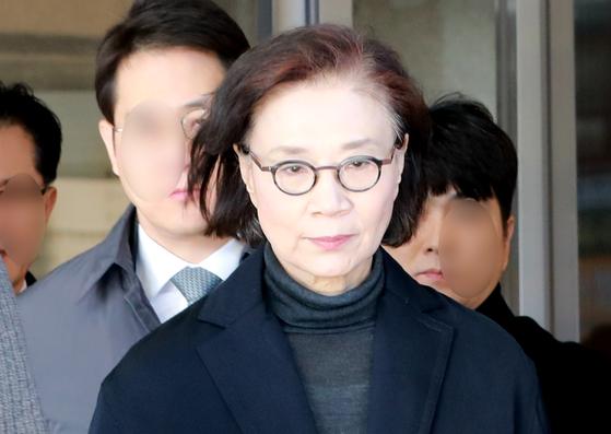 인천지방법원에서 나오는 이명희 전 일우재단 이사장. [뉴스1]