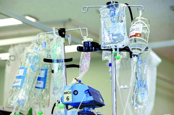 한 대학병원에서 암 환자에게 여러가지 약물이 투여되고 있다. [중앙포토]