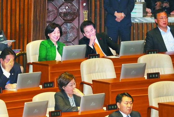 심상정 정의당(왼쪽)·정동영 민주평화당 대표가 23일 오후 국회 본회의에 참석해 자유한국당 의원들의 발언을 듣고 있다. 이날 일명 '4+1 협의체'의 선거법 협상이 타결됐다. [연합뉴스]