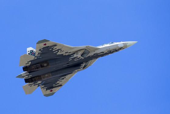 24일(현지시간) 시험 비행 중 추락한 러시아의 차세대 전투기 수호이(SU)-57. 사진은 SU-57이 지난해 5월 모스크바에서 열린 전승절 열병식 때 붉은 광장 위를 비행하는 모습.[AP 연합뉴스]