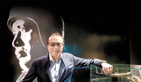 한국 전쟁영화의 새로운 지평을 연 신상옥 감독의 '빨간 마후라' 포스터 앞에 선 원로배우 신영균. 제주신영영화박물관에서 찍었다. 김경희 기자