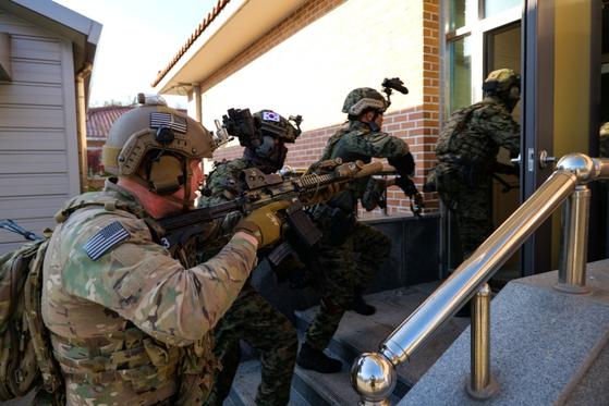 미 국방부가 지난 16일 한국 특수전사령부와 주한미군의 근접전투 훈련 사진 12장을 홈페이지에 공개했다. 사진은 한국 특수전사령부와 주한미군의 군산공군기지 훈련 모습. [미국 국방부 홈페이지 캡처]