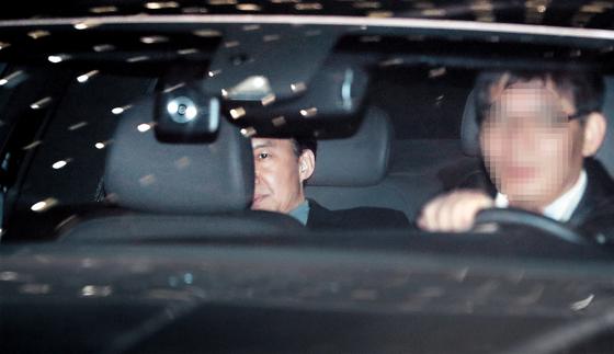 조국 전 법무부 장관이 지난달 21일 오후 서울 서초구 서울중앙지검에서 두번째 소환 조사를 마친 뒤 차량을 타고 이동하고 있다. 조 전 장관은 감찰 중단 혐의(직권남용권리행사방해)로 23일 구속영장이 청구됐다. [뉴시스]