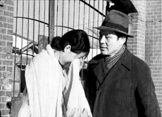 2007년 등록문화재로 지정된 무성영화 '검사와 여선생'(1948)의 배우 이영애(왼쪽)와 김동민. [영화 캡처]