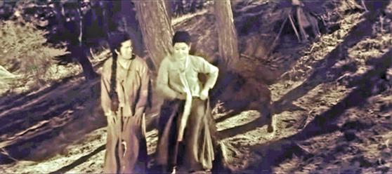 영화 '강화도령'(1963)에서 복녀(최은희)가 원범(신영균)에게 찢어진 바지를 꿰매줄 테니 벗어달라며 자신의 치마를 빌려주고 있다. [영화 캡처]