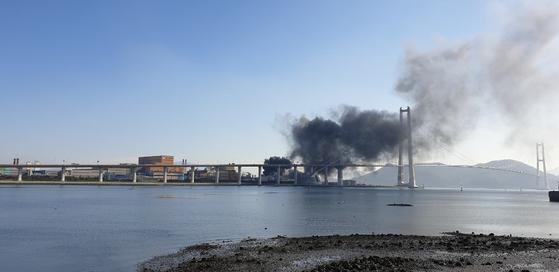 24일 오후 1시 1분쯤 전남 광양시 포스코 광양제철소에서 폭발로 추정되는 불이 나 검은 연기가 치솟고 있다. [연합뉴스]