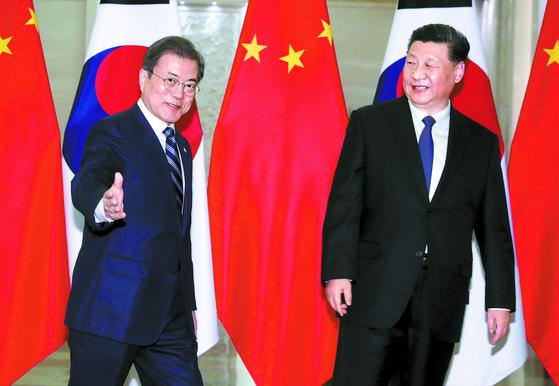 """문재인 대통령과 시진핑 중국 국가주석이 23일(현지시간) 중국 베이징 인민대회당에서 정상회담을 위해 이동하고 있다. 문 대통령은 '북·미 대화가 중단되고 한반도 긴장이 고조되는 최근 상황은 양국(한국과 중국)은 물론 북한에도 절대 이롭지 않다""""고 말했다. [청와대사진기자단]"""