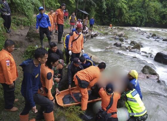 23일(현지시간) 오후 인도네시아 수마트라섬에서 승객을 가득 태운 버스가 150m 아래로 낭떠러지로 추락해 최소 25명이 사망했다. [AP=연합뉴스]
