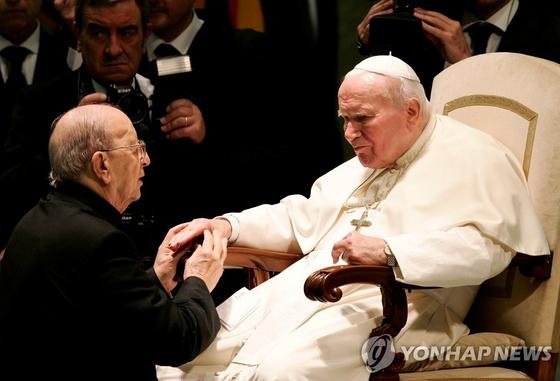 교황 요한 바오로 2세(오른쪽)가 2004년 11월 30일 그리스도의 레지오 수도회 창립자인 마르시알 마시엘을 축복하는 장면. [로이터=연합뉴스]