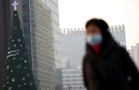 24일 오전 마스크를 쓴 시민이 서울광장을 지나고 있다. [연합뉴스]