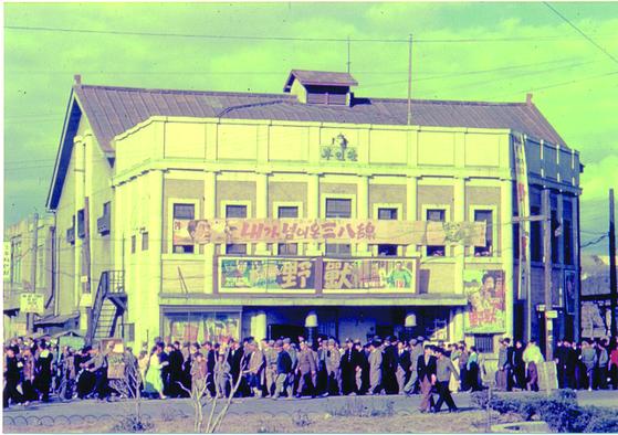 한국전쟁 중에도 부산에선 문화활동이 이어졌다. 사진은 임시수도기념관이 발간한 『부산, 1950's』에 수록된 1951년 부산 부민관 극장 모습.