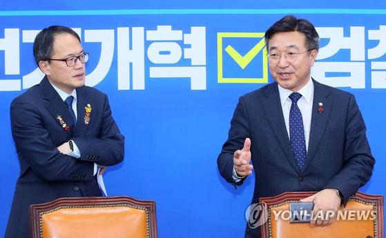 윤호중 더불어민주당 사무총장(오른쪽)과 박주민 의원이 23일 국회에서 '4+1 선거법 및 검찰개혁법안' 합의안에 관해 설명하고 있다. [연합뉴스]