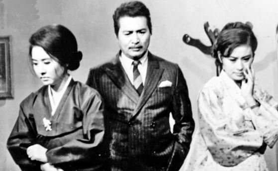 1960년대 한국 멜로 영화의 한 획을 그은 정소영 감독의 '미워도 다시 한번'. 전계현·신영균·문희(왼쪽부터)의 삼각 관계를 다뤘다. [중앙포토]