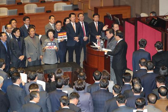 자유한국당 민경욱 의원이 23일 오후국회 본회의에서 필리버스터를 인정하라고 발언하고 있다. [연합뉴스]