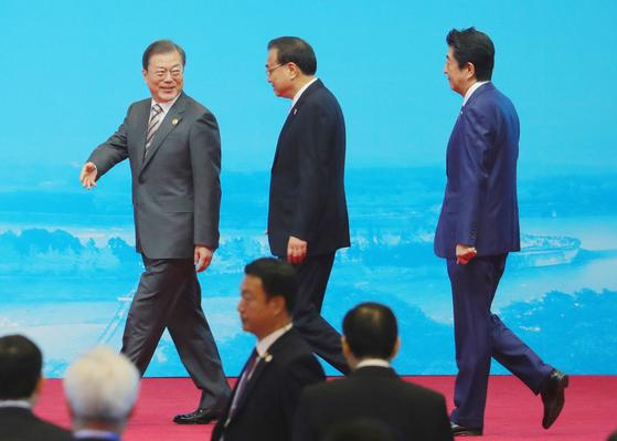 문재인 대통령과 아베 일본 총리, 리커창 중국 총리가 24일 쓰촨성 청두 세기성 박람회장에서 열린 한중일 비즈니스 서밋에 입장하고 있다. [연합뉴스]