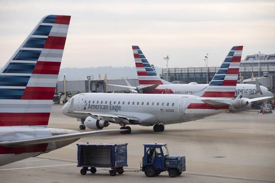 아메리칸에어라인의 항공기사 지난 23일(현지시간) 미국 워싱턴DC의 로널드 레이건 공항에서 이륙을 준비하고 있다. [EPA=연합뉴스]