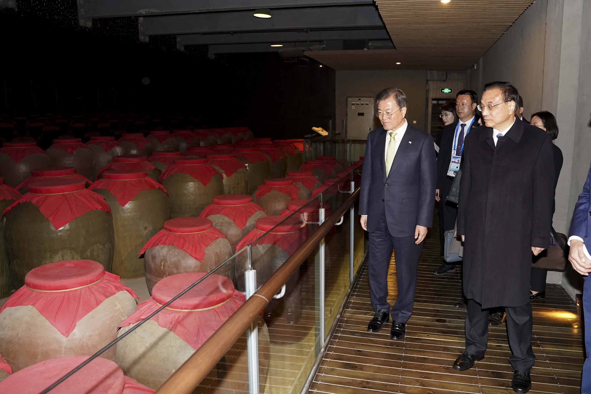 문재인 대통령과 리커창 중국 총리가 23일 오후 만찬에 앞서 사천성 청두 수정방박물관을 둘러보고 있다. 강정현 기자