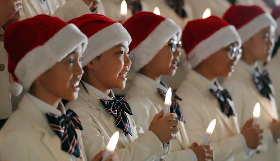 경기도 용인시 죽전 새에덴교회 천사소리합창단이 크리스마스 캐럴을 부르고 있다. 변선구 기자
