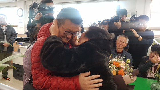 23일 대구경찰청 여성청소년수사계 사무실에서 손동석씨가 어머니와 상봉해 기쁨을 나누고 있다. 다섯 살에 실종된 그는 미국에 입양됐다가 32년 만에 가족을 되찾았다. [사진 대구경찰청]