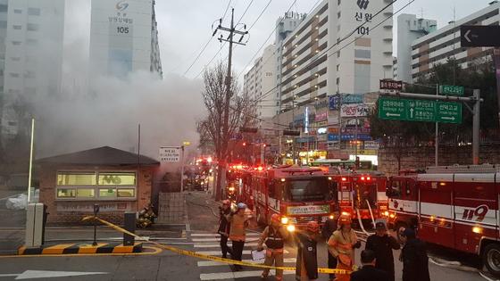 23일 오후 4시 42분 서울 도봉구 방학동 소재 아파트 인근에 있는 3층짜리 상가건물 지하 1층에서 화재가 발생해, 6시간여 만에 진화됐다. [연합뉴스]