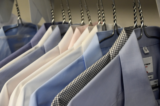 셔츠는 소비재에 가깝기 때문에, 코트나 액세서리와는 달리 고가의 명품보다는 가성비 좋은 상품을 여러 장 구매하는 것을 추천한다. [사진 unsplash]