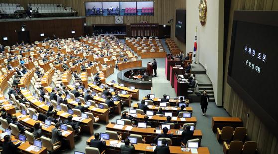 첫 빌리버스터 주자로 나선 자유한국당 주호영 의원. 주 의원은 이날 4시간 동안 발언석을 지키며 무제한 토론을 벌였다. [김경록 기자]