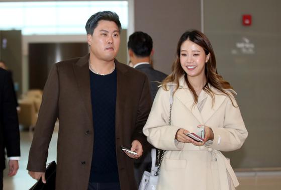 류현진이 입단식 및 메디컬 테스트를 위해 25일 아내 배지현 씨와 함께 캐나다로 출국했다. [뉴스1]