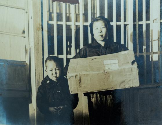 대전 향림원에 살면서 헬렌 할머니에게 후원을 받던 시절 김명근(왼쪽)씨. 헬렌 할머니는 김씨 외에도 여자아이(오른쪽) 한 명을 더 후원했다고 한다. [사진 컴패션]