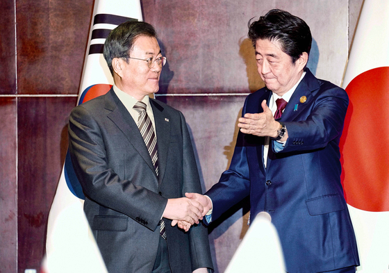 문재인 대통령이 24일 오후 중국 쓰촨성 청두에서 아베 신조 일본 총리를 만나 악수하고 있다.청와대사진기자단