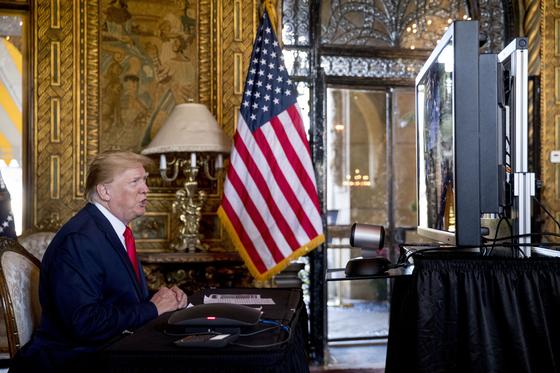 도널드 트럼프 미국 대통령이 미국 플로리다주 팜비치 마라라고 리조트에서 군 장병들과 크리스마스 이브 화상회의를 하고 있다. [AP 연합뉴스]