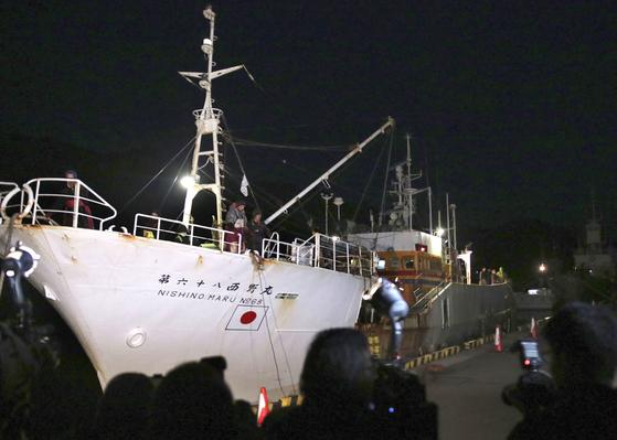 지난 1월말 불법조업 혐의로 러시아 당국에 나포된 일본 어선이 이로 인한 손해액을 지불하고 3일 한 달여 만에 시마네(島根)현 인근 항구로 귀항하고 있다. [연합뉴스]