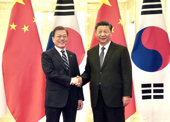 문재인 대통령과 시진핑 중국 국가주석이 23일 중국 베이징 인민대회당에서 정상회담 전 악수하고 있다. [청와대 제공]