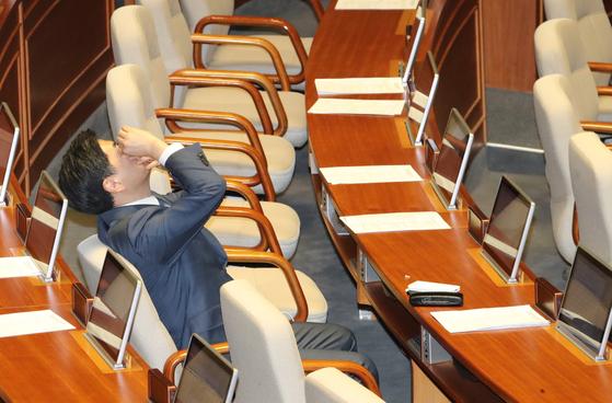 지상욱 바른미래당 의원이 24일 오후 국회 본회의장에서 필리버스터(무제한 토론)를 마친 뒤 눈에 인공눈물을 넣고 있다. [연합뉴스]