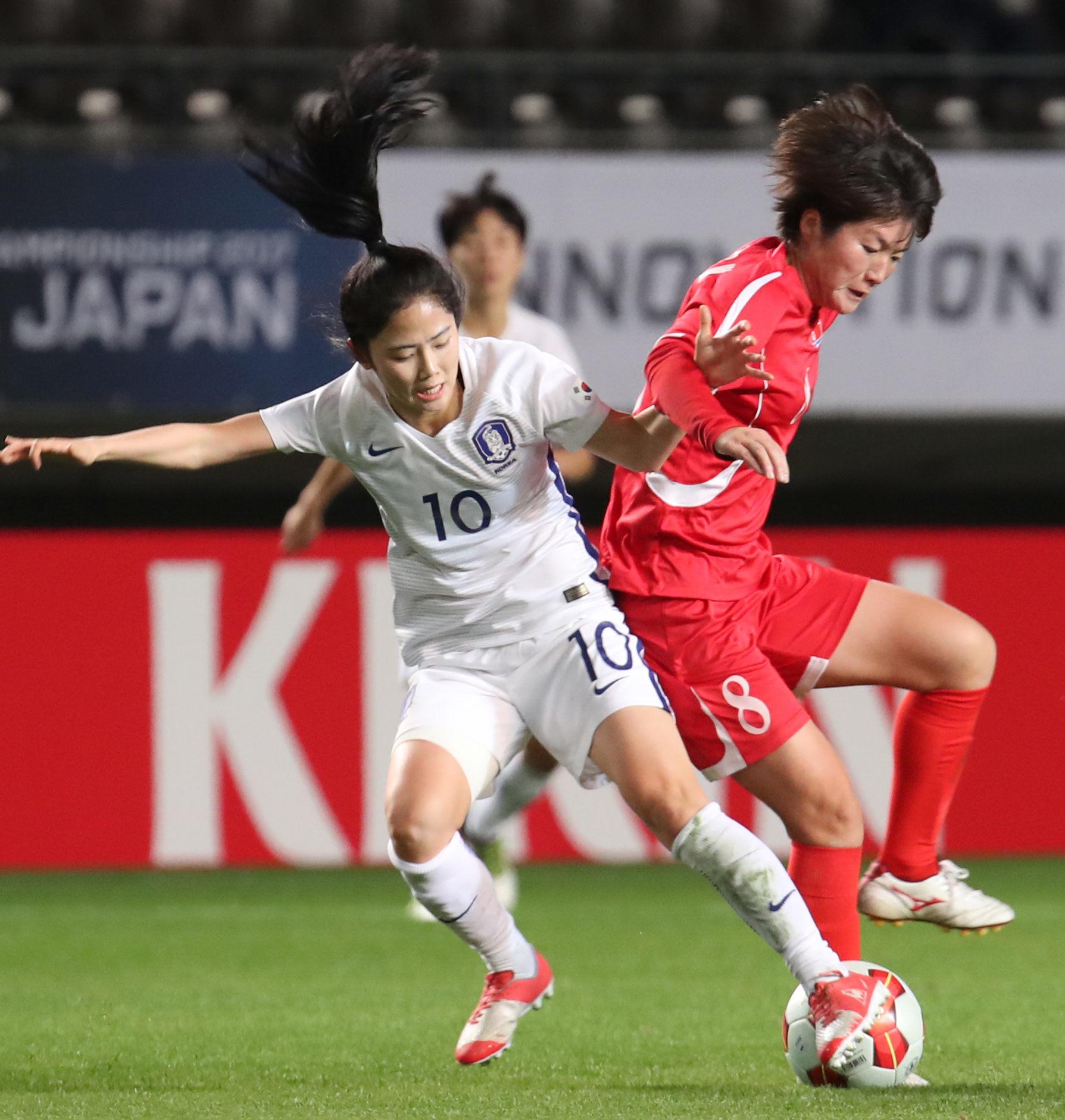 2017년 12월11일 일본에서 열린 동아시안컵 경기에서 한국 이민아와 북한 유정임이 볼다툼을 하고 있다. [연합뉴스]