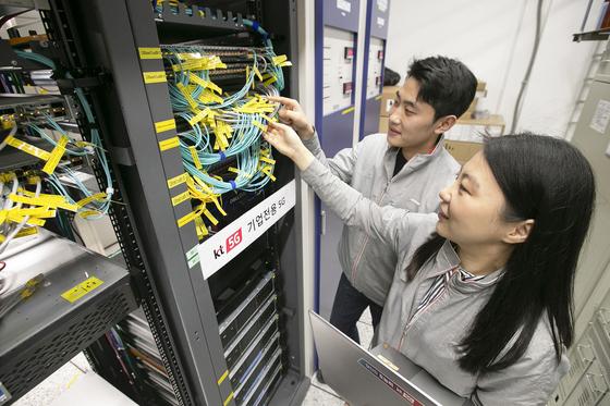 KT네트워크부문 직원들이 서울 구로국사에서 컵스(CUPS) 기술이 적용된 5G 기업전용 시스템을 점검하고 있다. [사진 KT]