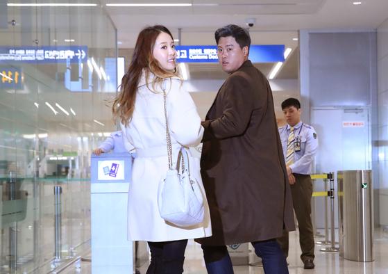 류현진이 아내 배지현 씨와 함께 출국장에 들어서고 있다. [연합뉴스]